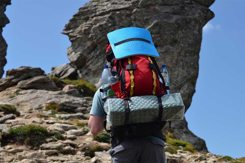 Turista ve skalnatých horách